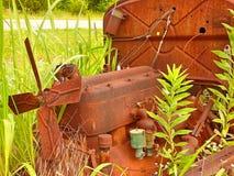 Moteur de repos d'une automobile abandonnée dans un domaine photo libre de droits