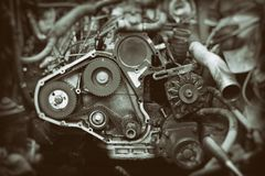 Moteur de voiture avec l'axe de vitesse ouvert de synchronisation photographie stock