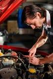 Moteur de voiture de fixation de mécanicien automobile Image libre de droits