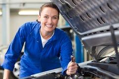 Moteur de voiture de sourire de fixation de mécanicien Photographie stock libre de droits