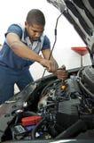 Moteur des véhicules à moteur de Works On Car de technicien Images stock