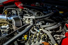 Moteur puissant sous le capot d'une voiture moderne image stock