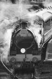 Moteur victorien reconstitué de train de vapeur d'ère avec la pleine vapeur dans le bla Image stock