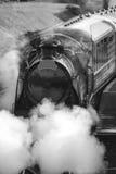 Moteur victorien reconstitué de train de vapeur d'ère avec la pleine vapeur dans le bla Images libres de droits