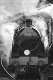 Moteur victorien reconstitué de train de vapeur d'ère avec la pleine vapeur dans le bla Images stock
