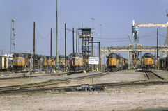 Moteurs jaunes de train chez Bailey Railroad Yards de Pacifique des syndicats image libre de droits