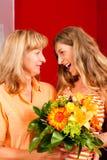 Motherâs of verjaardagsâ bloemen en vrouwen Stock Foto's