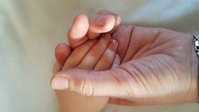 Mother& x27;s关心,幸福家庭 婴孩安全 图库摄影