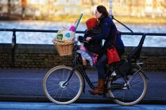 Free Mother And Daughter On A Laden Bicycle Stock Photography - 174153002