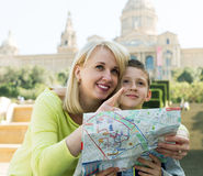 Free Mother And Son Consulting Map Guide Royalty Free Stock Photography - 90397997