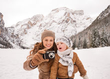 Free Mother And Surprised Child Checking Photos In Winter Outdoors Royalty Free Stock Photos - 64419478