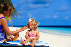 Mother applying sunblock cream on daughter shoulder Royalty Free Stock Photos