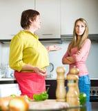Mother att argumentera med henne dottern Arkivfoto