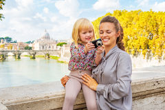Mother and baby girl checking photos in Rome Royalty Free Stock Images