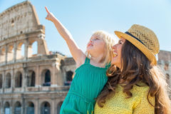 Mother and baby pointing in front of colosseum Stock Photography