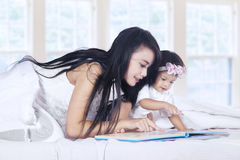 Mother and baby read book 2 Royalty Free Stock Image