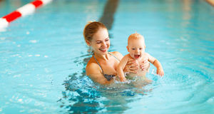 Mother and baby swim  in pool Stock Photography