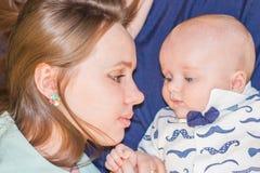 mother& x27; beso de s La mamá besa al bebé Foto de archivo libre de regalías