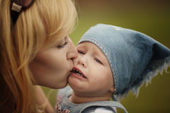 Mother calms her weeping daughter Royalty Free Stock Photos