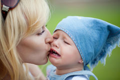 Mother calms her crying daughter Royalty Free Stock Images