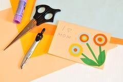 Mother& x27; cartão do dia de s ano novo feliz 2007 Children& x27; ofícios de s para o mother& x27; dia de s Tesouras, vara da co Foto de Stock Royalty Free