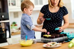 Mother and child preparing cookies Royalty Free Stock Photos