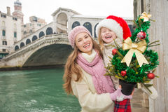 Mother and child in Santa Hat with Christmas tree in Venice Royalty Free Stock Photography