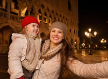 Mother with child taking selfie on Piazza San Marco in Venice Stock Photography
