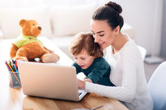 Mother and child using a laptop Royalty Free Stock Photos