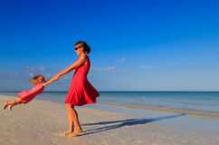 Mother and daugher playing on summer beach Royalty Free Stock Photography