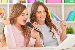 Mother and daughhter singing karaoke Royalty Free Stock Images