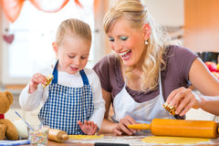 Mother and daughter baking cookies together Royalty Free Stock Photos