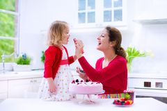 Mother and daughter baking strawberry pie Royalty Free Stock Photos