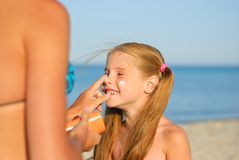 Mother and daughter on the beach Royalty Free Stock Photos