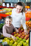 Mother and daughter buying apples Royalty Free Stock Photography