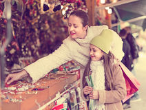 Mother with daughter in Christmas market Royalty Free Stock Photos