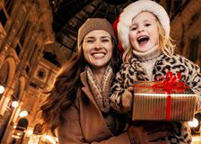 Mother and daughter with Christmas present box in Milan Stock Photography
