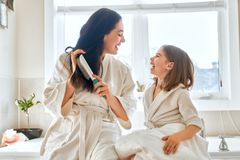 Mother and daughter combing hair Royalty Free Stock Photos