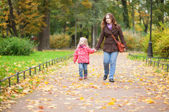 Mother and daughter enjoying a fall day outdo Royalty Free Stock Photos