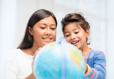Mother and daughter with globe Royalty Free Stock Photos