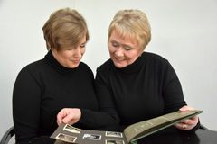 Mother and daughter looking at photo album Royalty Free Stock Photos