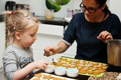 Mother and daughter making Christmas cookies Royalty Free Stock Photos