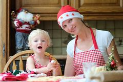 Mother and daughter making chrtistmas cookies Royalty Free Stock Photos