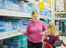 Mother and daughter n supermarket Stock Image