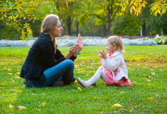 Mother and daughter play in the park Royalty Free Stock Photos