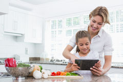 Mother and daughter preparing vegetables Royalty Free Stock Photography