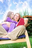 Mother and daughter reading a book Royalty Free Stock Images