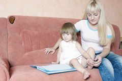 Mother and daughter reading book Royalty Free Stock Photos