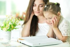 Mother and daughter reading Royalty Free Stock Photos
