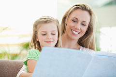 Mother and daughter reading a magazine Royalty Free Stock Photography